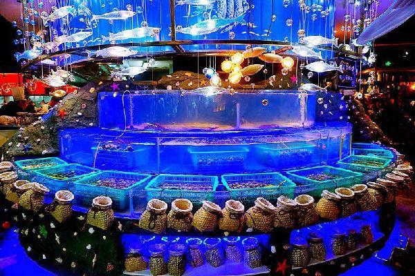 上面这个大鱼缸里面的海鲜你可以自己动手去捞,然后到旁边厨房,厨师会